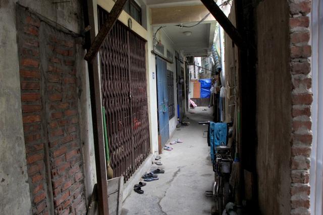 Hà Nội: Hàng loạt căn nhà xiêu vẹo, phải chống nạng tựa vào nhà chung cư - 10