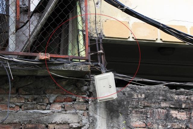 Hà Nội: Hàng loạt căn nhà xiêu vẹo, phải chống nạng tựa vào nhà chung cư - 13