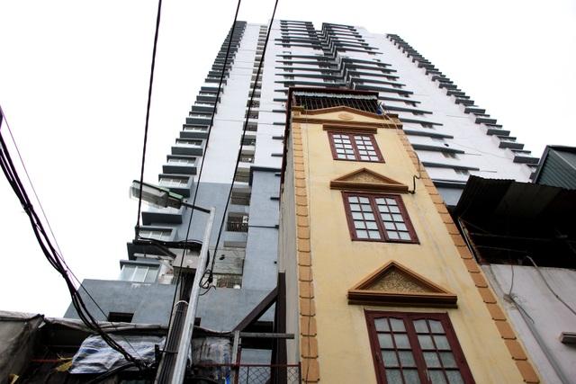 Hà Nội: Hàng loạt căn nhà xiêu vẹo, phải chống nạng tựa vào nhà chung cư - 1