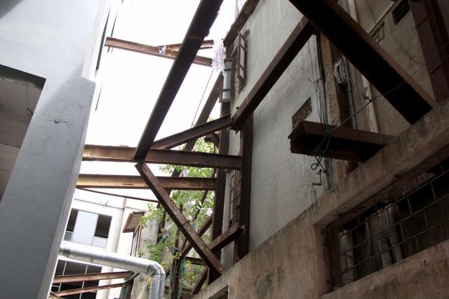 Hà Nội: Hàng loạt căn nhà xiêu vẹo, phải chống nạng tựa vào nhà chung cư - 6