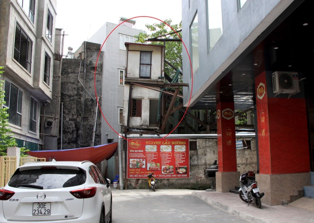 Hà Nội: Hàng loạt căn nhà xiêu vẹo, phải chống nạng tựa vào nhà chung cư - 14