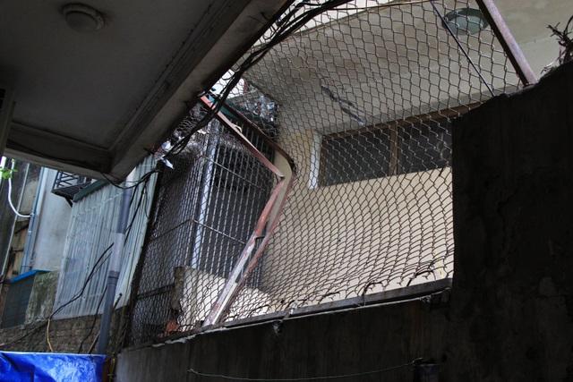 Hà Nội: Hàng loạt căn nhà xiêu vẹo, phải chống nạng tựa vào nhà chung cư - 11
