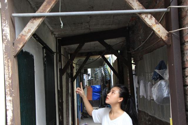 Hà Nội: Hàng loạt căn nhà xiêu vẹo, phải chống nạng tựa vào nhà chung cư - 5