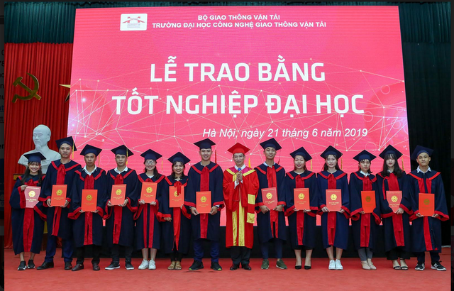 Hàng trăm sinh viên được tuyển dụng ngay trong lễ trao bằng tốt nghiệp - 1