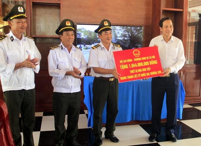 Trao hơn 1 tỷ đồng mua trang thiết bị Nhà đón tiếp Nghĩa trang Quốc gia Trường Sơn - 1