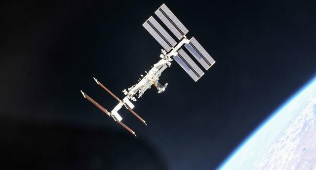 """UFO bay quay trạm ISS """"kiểm tra sự tiến bộ của loài người""""? - 1"""