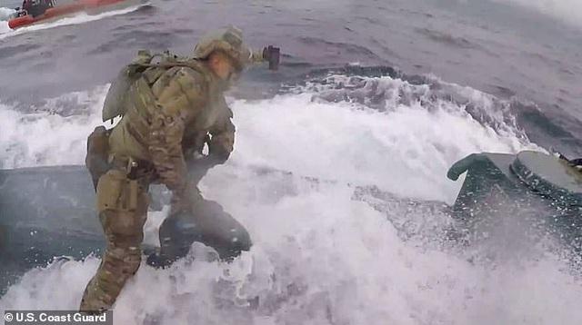 """""""Nghẹt thở"""" cảnh tuần duyên Mỹ truy bắt tàu ngầm chở số ma túy 232 triệu USD - 1"""