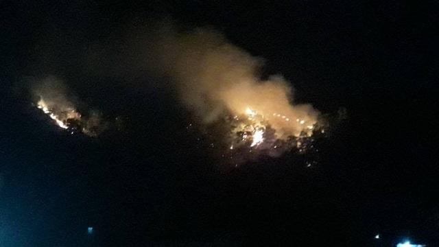 Núi Bà Hỏa cháy dữ dội trong đêm tối - 3