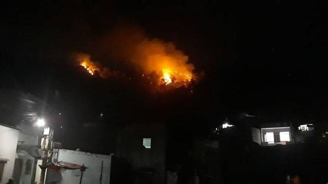 Núi Bà Hỏa cháy dữ dội trong đêm tối - 2