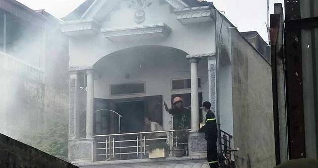 Dùng rìu phá cửa cứu ngôi nhà vắng chủ bốc cháy giữa trưa - 3