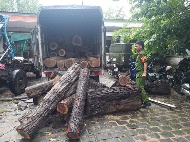 Lạ kỳ hàng loạt xe gỗ lậu ngang nhiên chạy rầm rầm qua chốt kiểm lâm! - 2