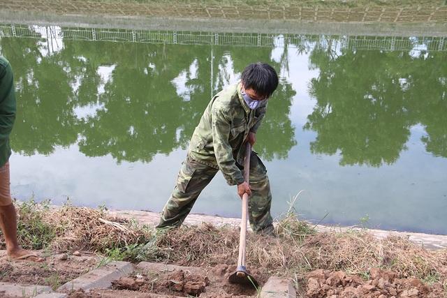 Bờ kè sông Tô Lịch được phủ xanh bằng cỏ lá tre - 3