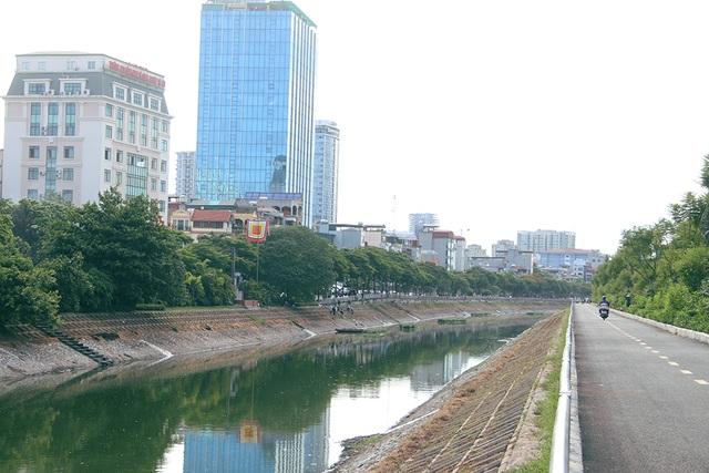 Bờ kè sông Tô Lịch được phủ xanh bằng cỏ lá tre - 8