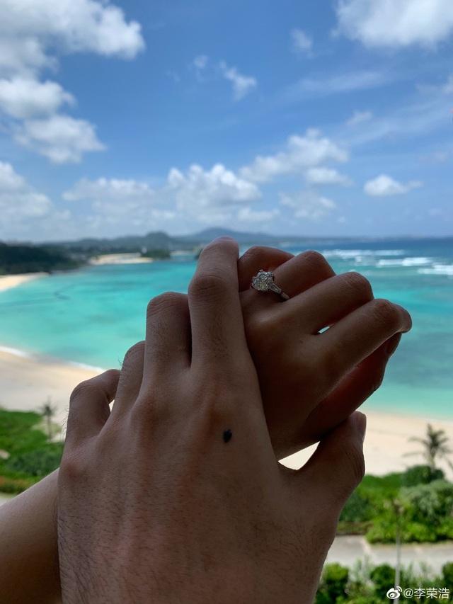 Dương Thừa Lâm nhận lời cầu hôn của bạn trai, từ bỏ lời hứa độc thân - 2