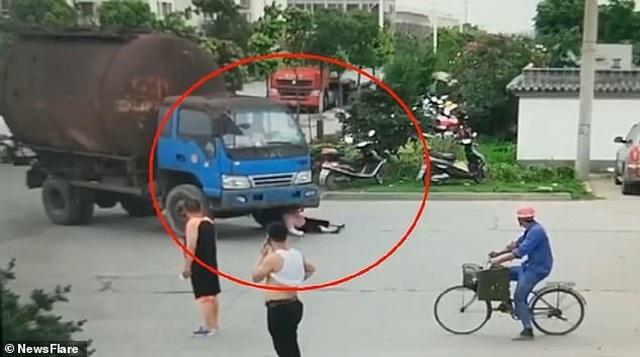Người phụ nữ đuổi theo xe tải, lao vào gầm và nguyên nhân không ai ngờ - 1