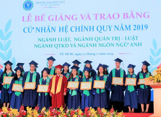 ĐH Luật TPHCM trao bằng danh dự cho sinh viên qua đời vì bệnh ung thư - 3