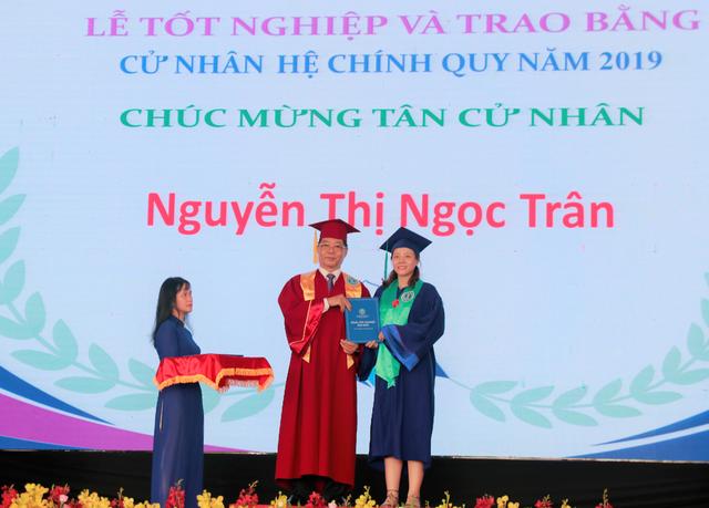 ĐH Luật TPHCM trao bằng danh dự cho sinh viên qua đời vì bệnh ung thư - 2