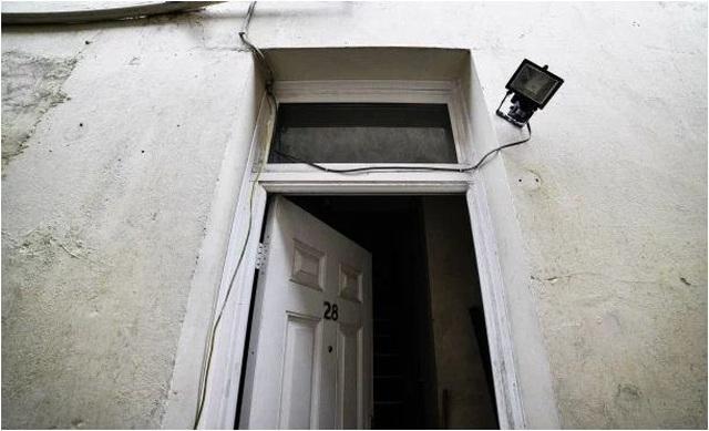 Rùng mình nghe âm thanh lạ từ tầng hầm, chủ nhà bỏ chạy không dám về nhà - 1