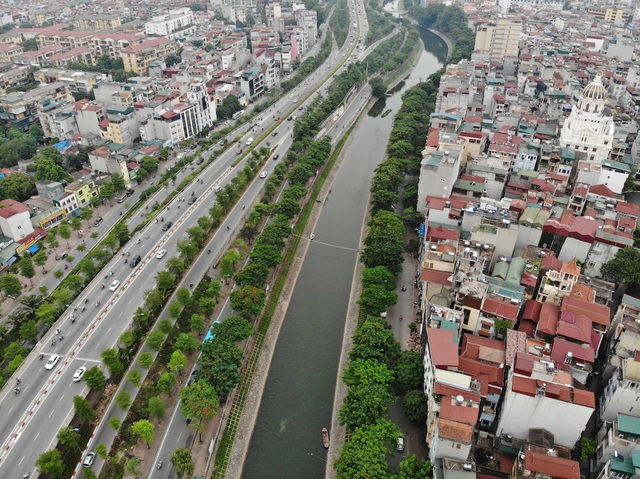 Bờ kè sông Tô Lịch được phủ xanh bằng cỏ lá tre - 9