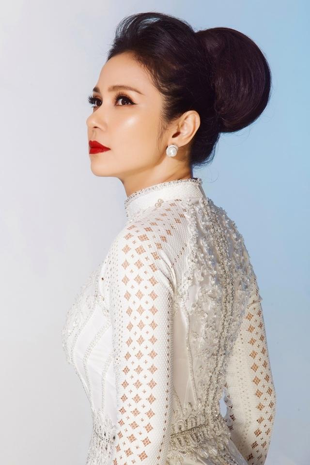 """Việt Trinh tái hiện thần thái """"Người đẹp Tây Đô"""" sau 23 năm - 4"""