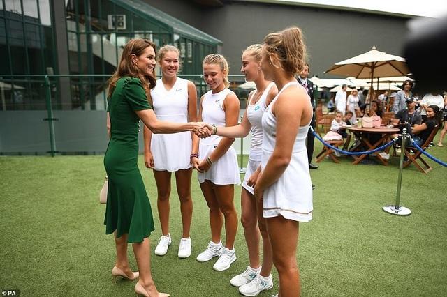 Công nương Kate Middleton diện váy gần 4000 USD đi xem tennis - 3