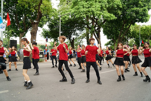 10.000 người diễu hành quanh hồ Gươm mừng Thành phố vì hòa bình - 13