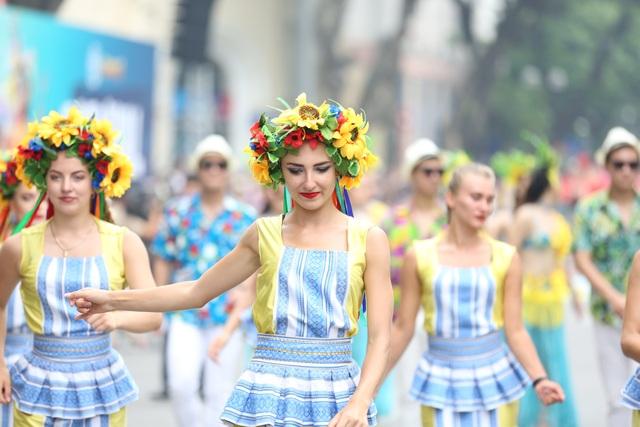 Du khách thích thú xem vũ công múa lửa, nhảy latinh giữa phố Hà Nội - 4