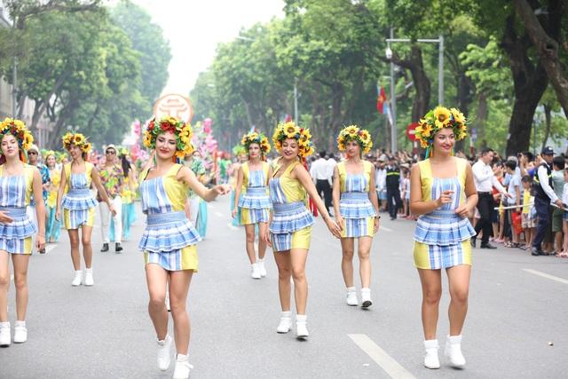 Du khách thích thú xem vũ công múa lửa, nhảy latinh giữa phố Hà Nội - 3