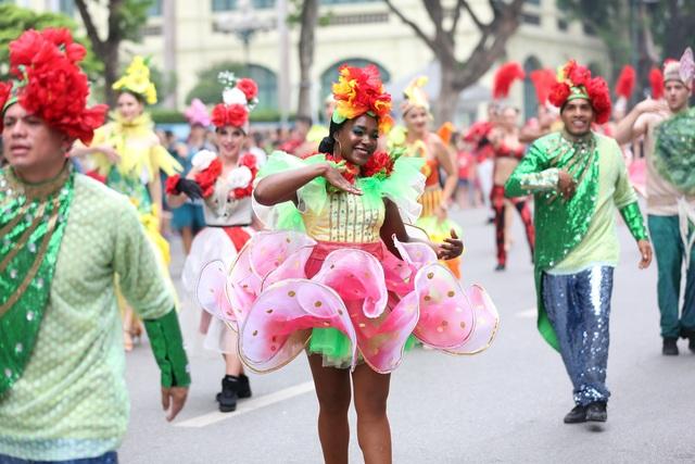 Du khách thích thú xem vũ công múa lửa, nhảy latinh giữa phố Hà Nội - 6