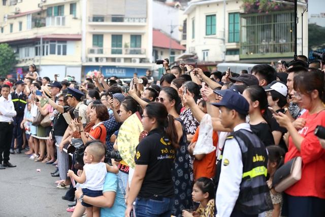 Du khách thích thú xem vũ công múa lửa, nhảy latinh giữa phố Hà Nội - 17