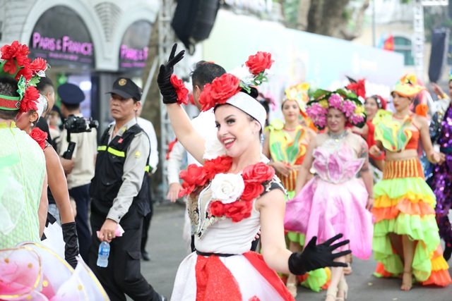 Du khách thích thú xem vũ công múa lửa, nhảy latinh giữa phố Hà Nội - 7