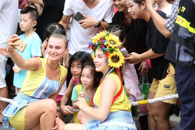 Du khách thích thú xem vũ công múa lửa, nhảy latinh giữa phố Hà Nội - 14