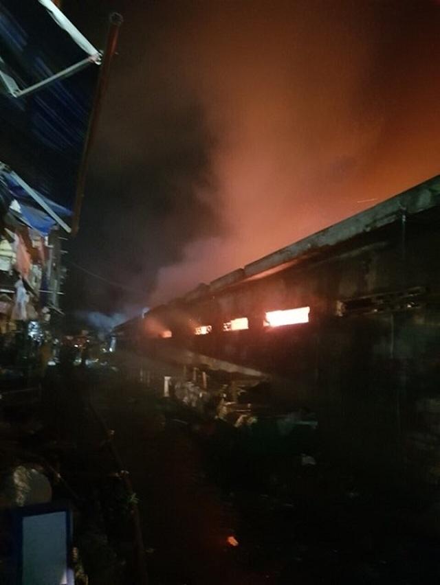 Cháy chợ dữ dội trong đêm, 45 ki ốt bị thiêu rụi - 3