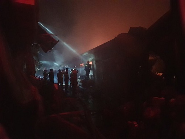 Cháy chợ dữ dội trong đêm, 45 ki ốt bị thiêu rụi - 4