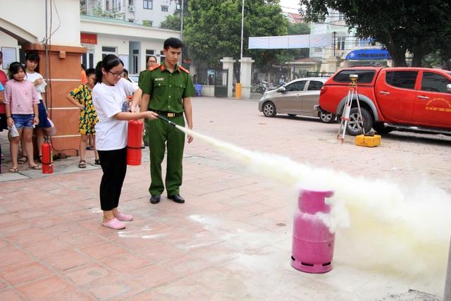 Hà Nội: Hơn 100 em nhỏ được tập huấn kỹ năng phòng cháy chữa cháy - 10