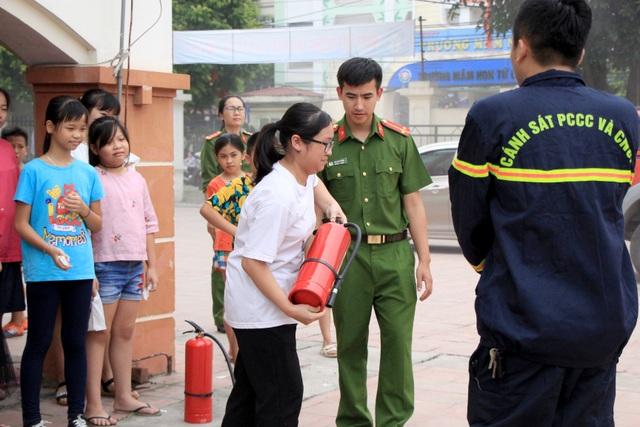 Hà Nội: Hơn 100 em nhỏ được tập huấn kỹ năng phòng cháy chữa cháy - 9
