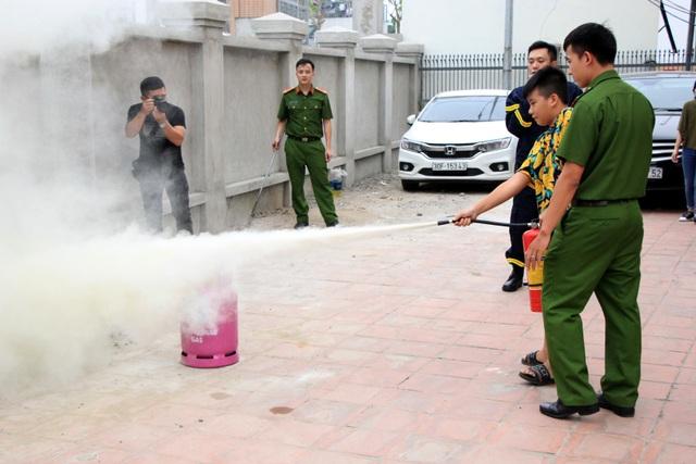 Hà Nội: Hơn 100 em nhỏ được tập huấn kỹ năng phòng cháy chữa cháy - 11