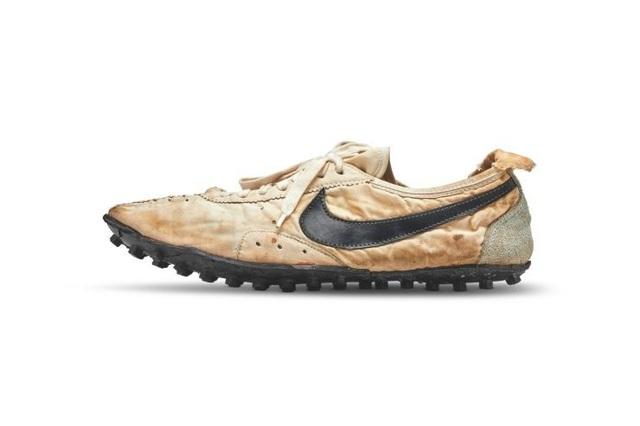 Đôi giày thể thao được bán đấu giá lên tới hơn 3,7 tỉ đồng - 1