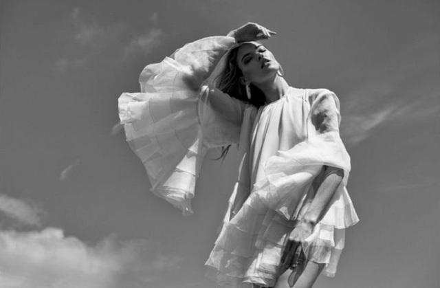 Martha Hunt thon thả và quyến rũ trong bộ ảnh mới - 2