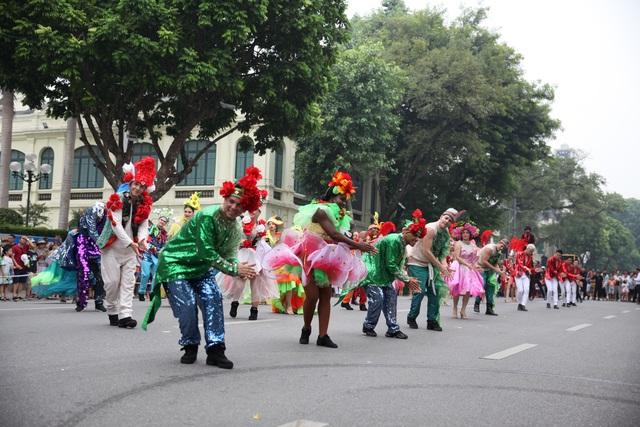 Du khách thích thú xem vũ công múa lửa, nhảy latinh giữa phố Hà Nội - 2