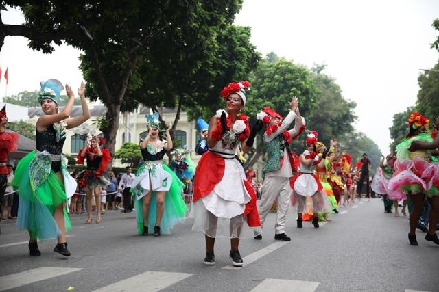 Du khách thích thú xem vũ công múa lửa, nhảy latinh giữa phố Hà Nội - 10