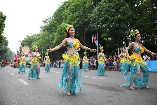 Du khách thích thú xem vũ công múa lửa, nhảy latinh giữa phố Hà Nội - 5