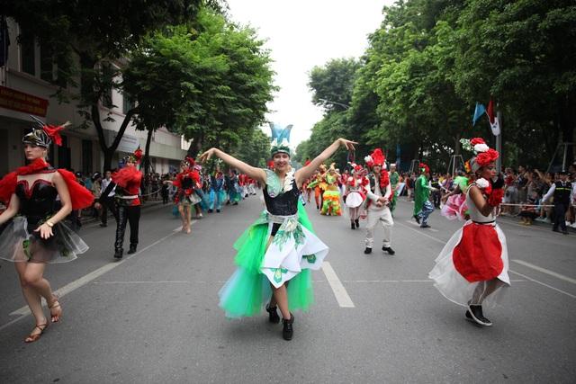 Du khách thích thú xem vũ công múa lửa, nhảy latinh giữa phố Hà Nội - 12