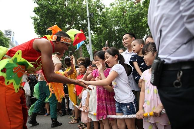 Du khách thích thú xem vũ công múa lửa, nhảy latinh giữa phố Hà Nội - 15