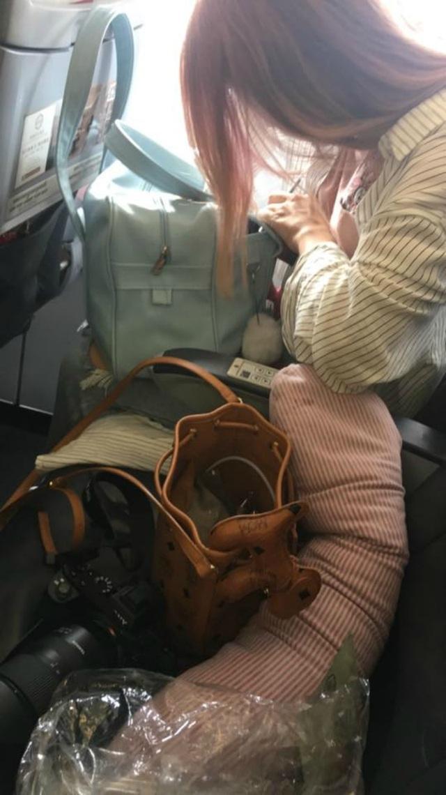 Một mực nắm tay cô gái ngồi cạnh trong chuyến bay, anh chàng có ngay người yêu - 3