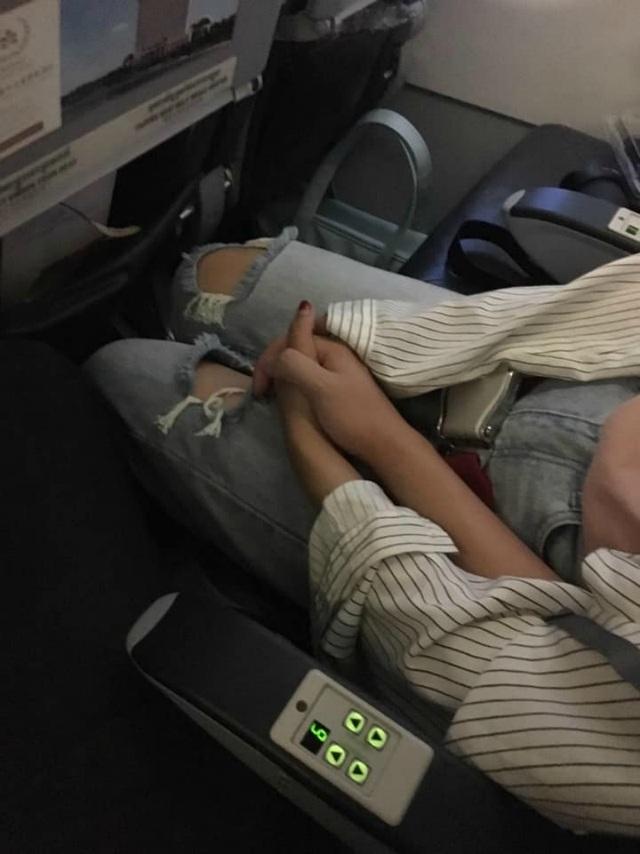 Một mực nắm tay cô gái ngồi cạnh trong chuyến bay, anh chàng có ngay người yêu - 4