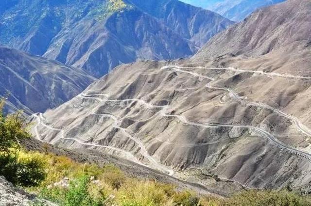 """""""Nghẹt thở"""" với tuyến đường nguy hiểm dài 30km có tới 72 khúc cua - 1"""