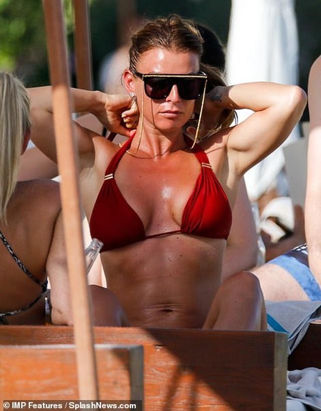 Bà mẹ bốn con Coleen Rooney diện bikini gợi cảm - 6