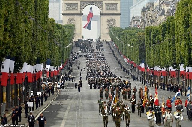 """Độc đáo màn trình diễn """"lính bay"""" trong diễu binh quốc khánh Pháp - 14"""