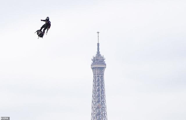 """Độc đáo màn trình diễn """"lính bay"""" trong diễu binh quốc khánh Pháp - 5"""